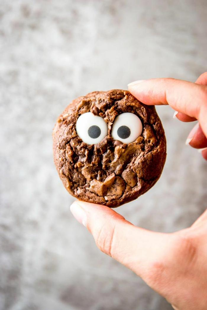 ein Keks aus Schokolade, weiße Augen aus Bonbons, gruselige Halloween Rezepte