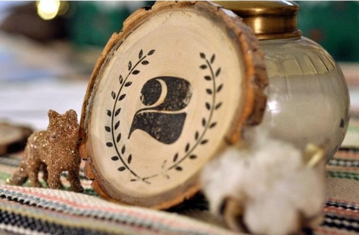 eine Tabelle aus Holz mit der Nummer Zwei, mit einem Kranz umgegeben, Hochzeitartikel