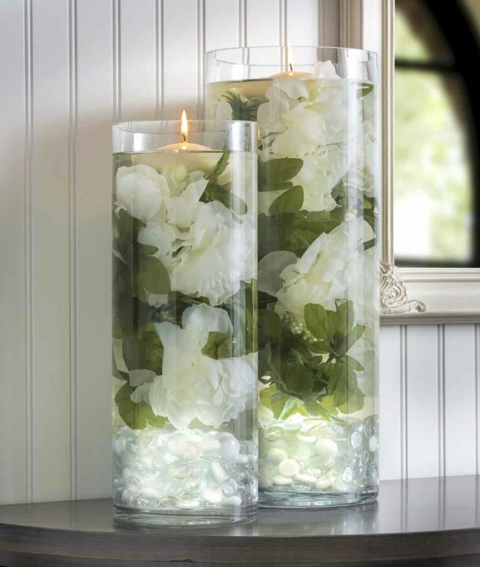 zwei Kerzenständer, voller weiße Blumen und grüne Pflanzen, Teelichter, Hochzeitsfeier Ideen