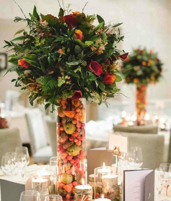 kreative Ideen für Vase mit Beeren und Äpfeln und Blumen darauf, Hochzeitsfeier Ideen