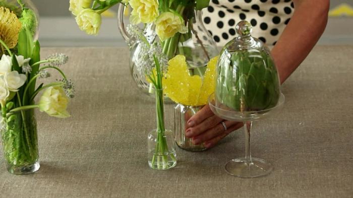 Blumen arrangieren, gelbe und grüne Blüten in Gläsern, Hochzeitsfeier Ideen