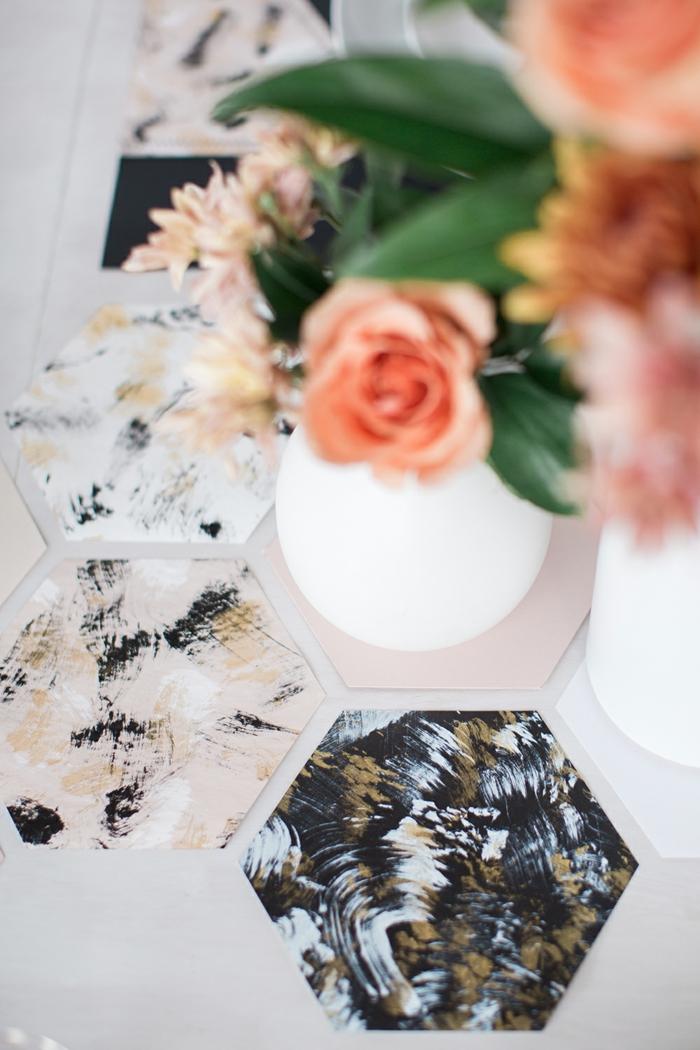 sechseckige Servietten, rosa Blumen in weißer Vasen, Hochzeitsfeier Ideen zum Erstaunen