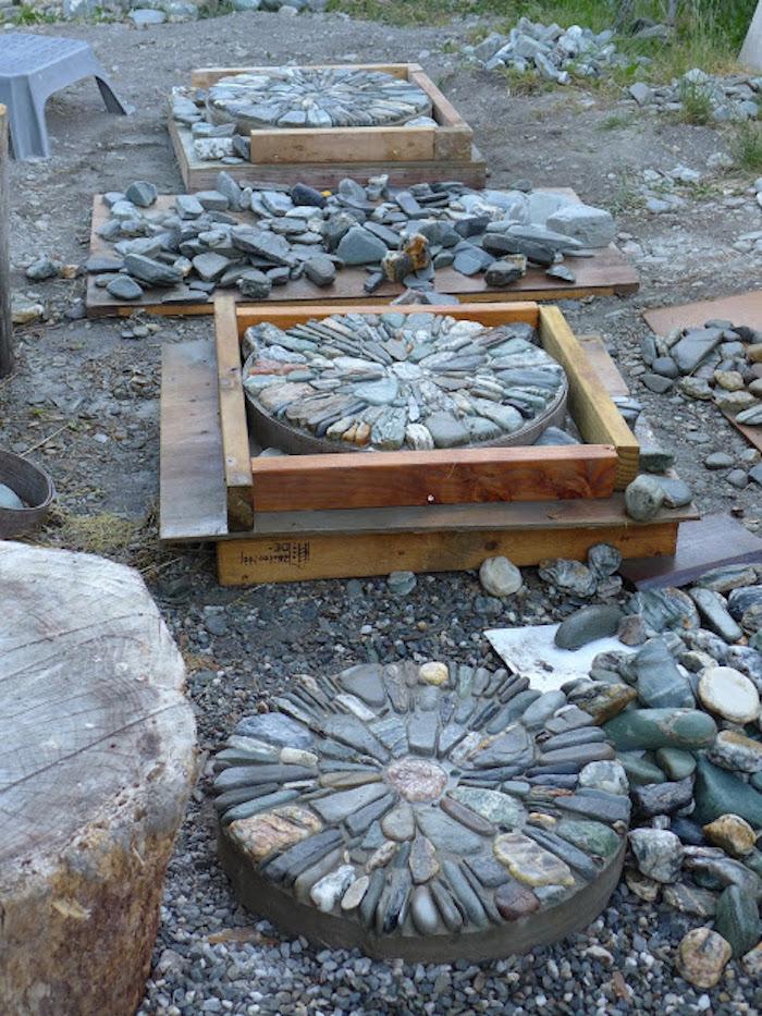 viele kleine graue und beige natursteine für einen steingarten, gartengestaltung mit steinen ideen, einen steingarten anlegen