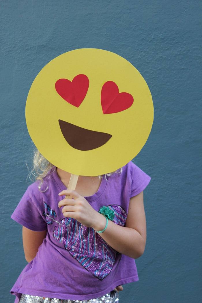 ein Gesicht von den Emojis, die verliebte Miene, ein Mädchen mit lila Bluse, schnelles Halloween Kostüm