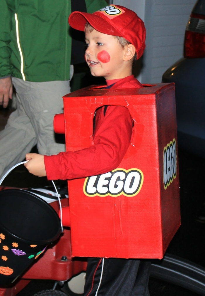 ein rotes Legokostüm mit dem Logo, der Junge ist ein Teil des Legos, schnelles Kostüm Halloween
