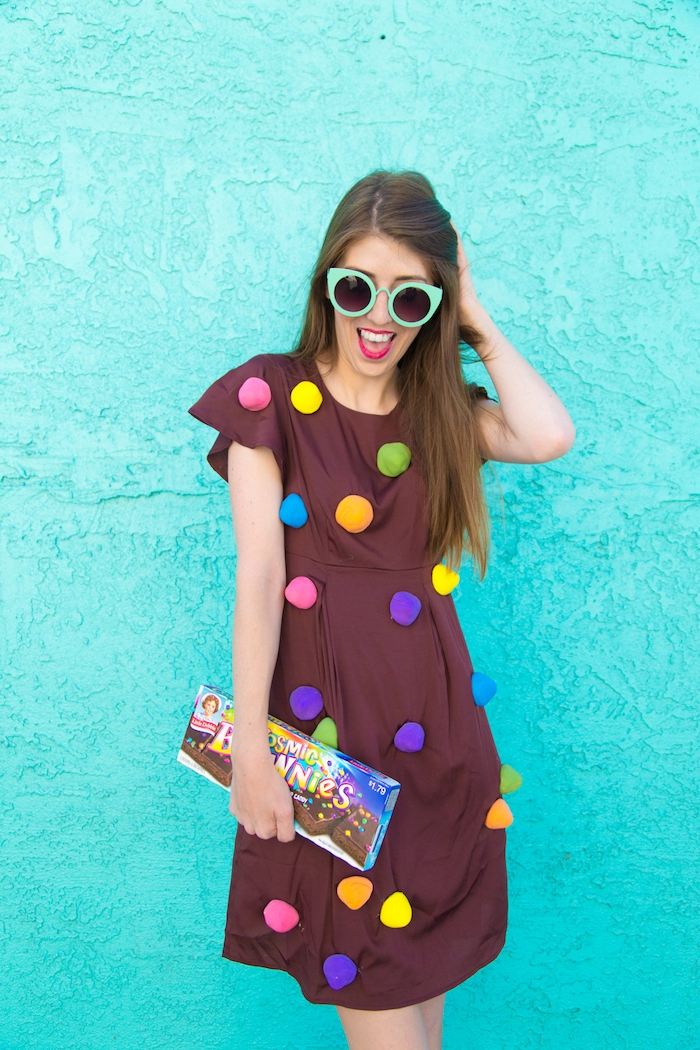 Einfacher und auffälliger Kostüm für Halloween, braunes Kleid mit bunten Pompons, sich als Schoko-Dessert verkleiden