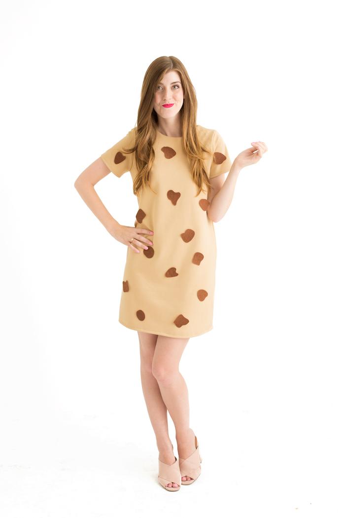 Halloween Kostüm Cooky für Damen, kleine Stücke braunen Stoff an Kleid in Beige kleben