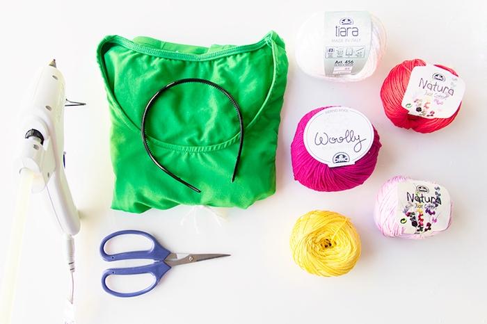 Materialien für DIY Halloween Kostüm Kaktus, grünes Kleid, bunte Fäden, Schere und Heißklebepistole