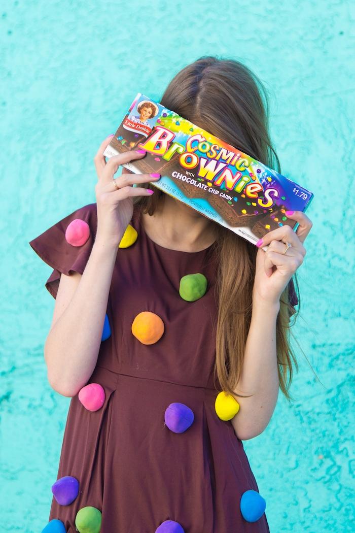 Sich als Brownie zu Halloween verkleiden, braunes Kleid mit bunten Pompons, Halloween Kostüm selber nähen