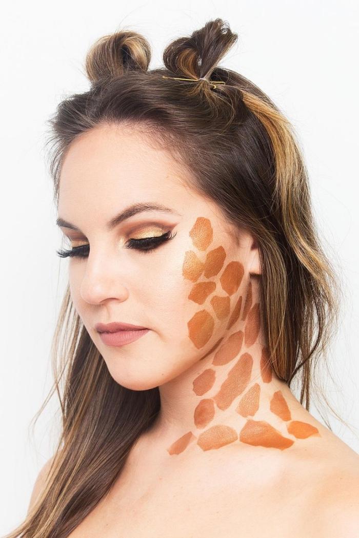 einfaches halloween make up, giraffe schminken, goldenbrauner lidschatten, frisur mit zwei dutts