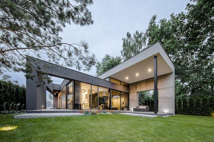 moderne einfamilienhäuser, ein bild von unten im garten, modernes design, beleuchtung im garten. grüner gartendesign