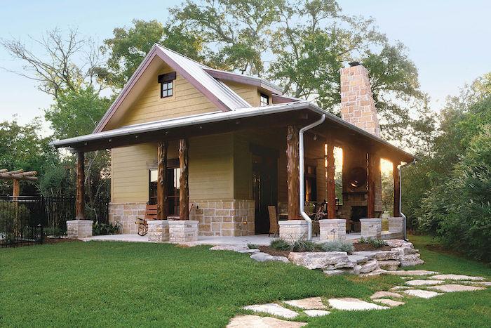 moderne einfamilienhäuser, waldhaus, landhausstil haus für eine familie, steinoptik, gras mit steinweg