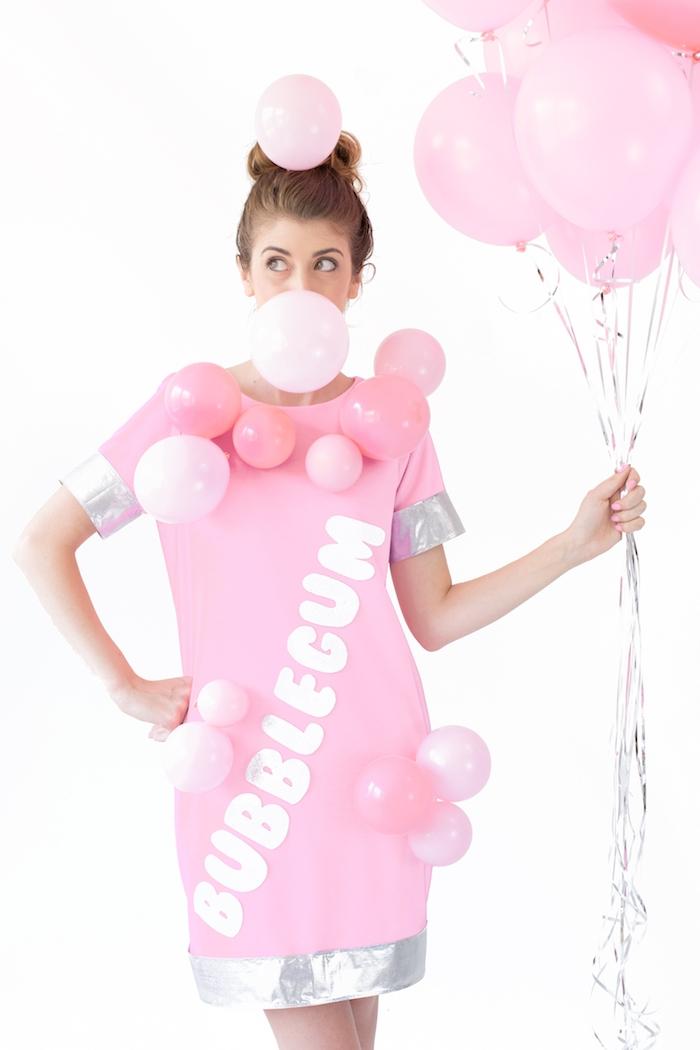 Effektvoller Kaugummi Kostüm für Halloween, rosafarbenes Kleid mit silbernen Kanten und kleinen Ballons