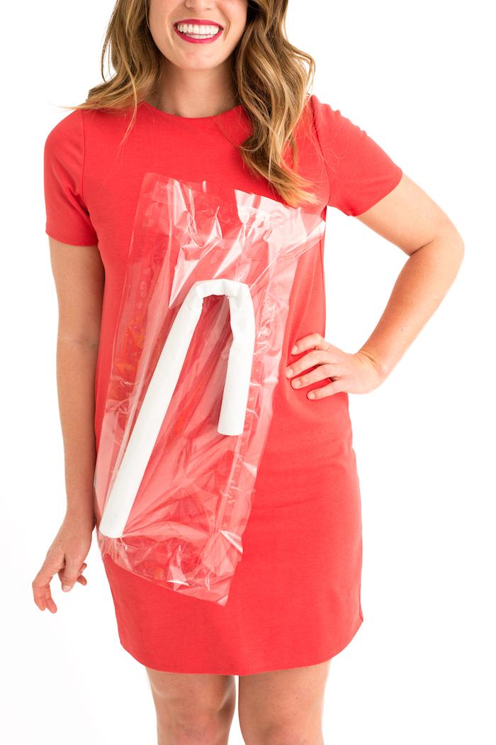 Lustiger und einfacher Last Minute Halloween Kostüm, sich als Saft mit Strohhalm verkleiden