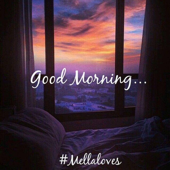 blauer himmel mit vielen pinken, roten und gelben wolken und ein fenster, ein bett mit weißen kissen, guten morgen grüße für whatsapp