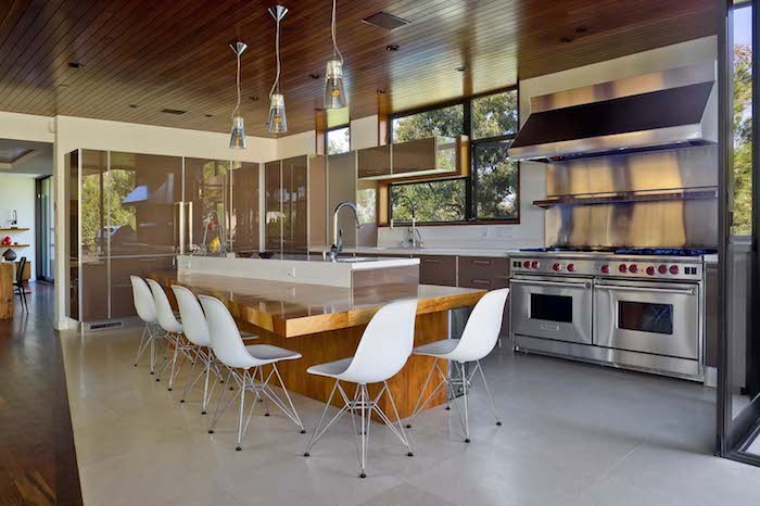 haus modern einrichten und dekorieren, simples interieur der küche, großer kochinsel mit vielen stühlen und zwei backöfen