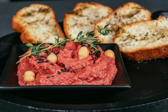 Mini Brotscheiben mit Olivenöl und Thymian, leckerer Hummus mit Rote Bete