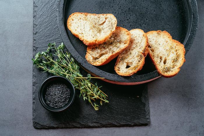 Kleine Brotscheiben mit Olivenöl beträufeln, mit Salz und Thymian würzen