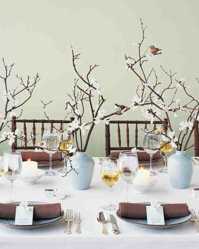 Frühlingsdeko zur Hochzeit, Äste mit Blüten in Vasen, weiße Kerzen, Hochzeitsfeier Ideen