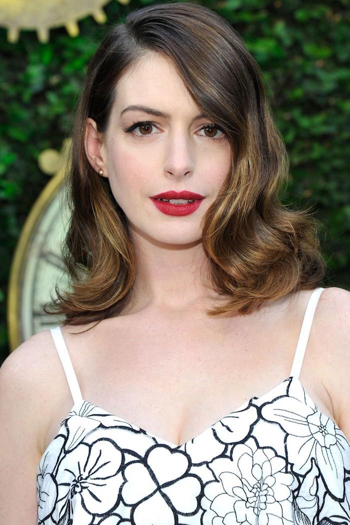 Anne Hathaway Haarstyle, schulterlanger Haarschnitt, Balayage Färbetechnik, roter Lippenstift und schwarzer Lidstrich