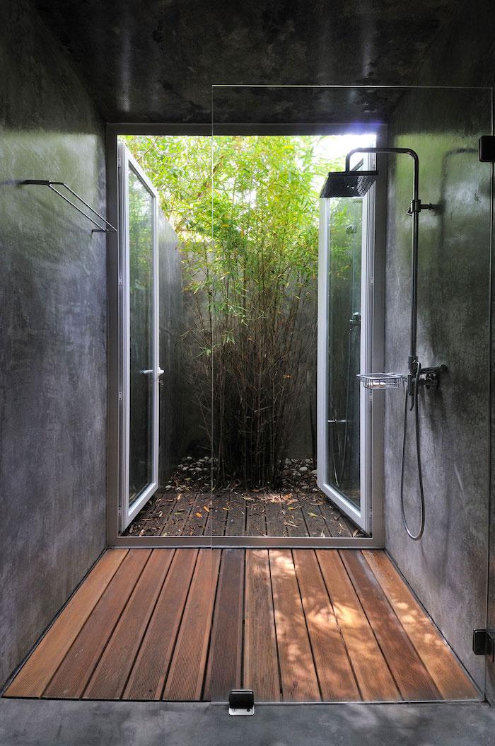 brauner boden aus holz und eine outdoor dische, ein garten mit pflanzen mit grünen blättern, gartendusche sichtschutz ideen
