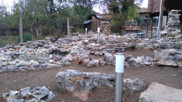 weiße leuchten in einem steingarten mit grauen großen steinen und gartenwegen, einen steingarten anlegen, steingarten deko ideen