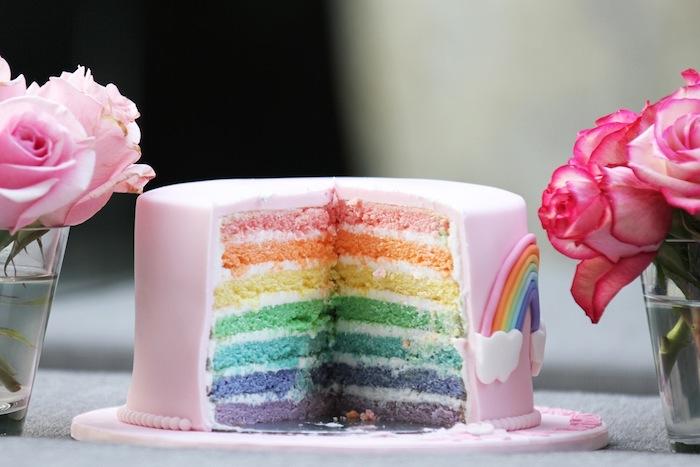 Regenbogen Torte mit Fondant, jeder Tortenboden in verschiedener Farbe, Regenbogen und kleine Wolken aus Fondant