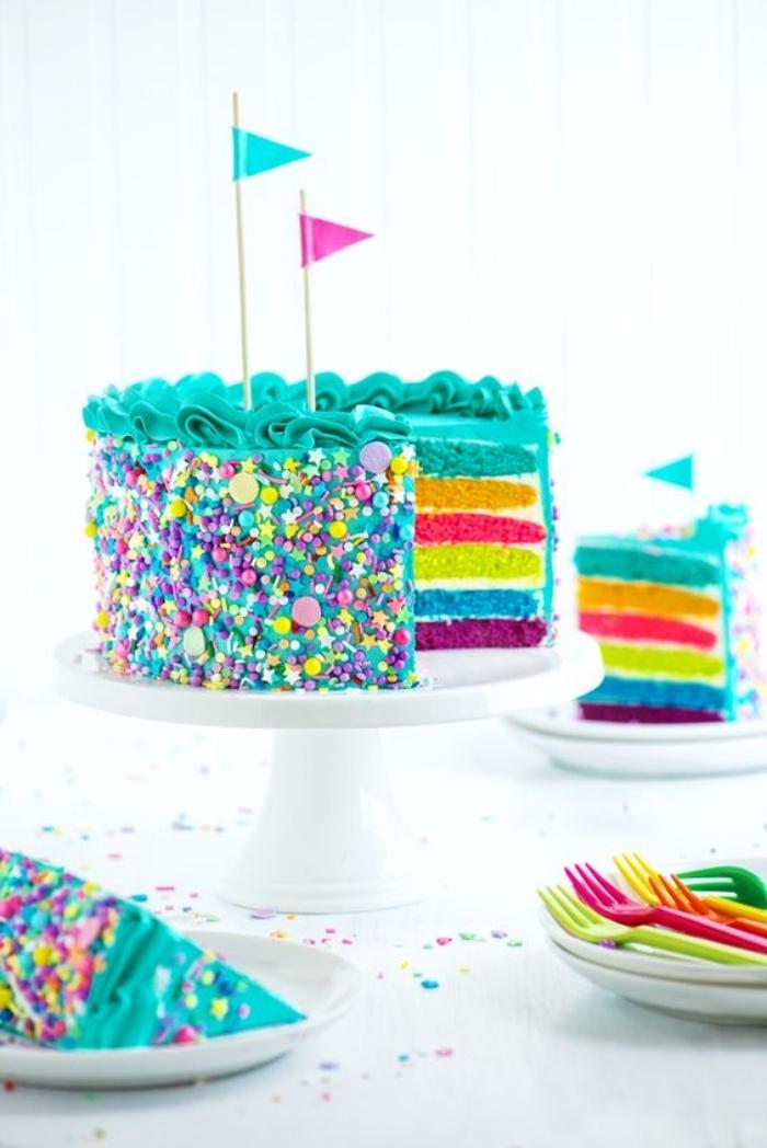 Bunte Regenbogen Torte zur Taufe selber backen und dekorieren, mit blauer Creme und Zuckerstreuseln
