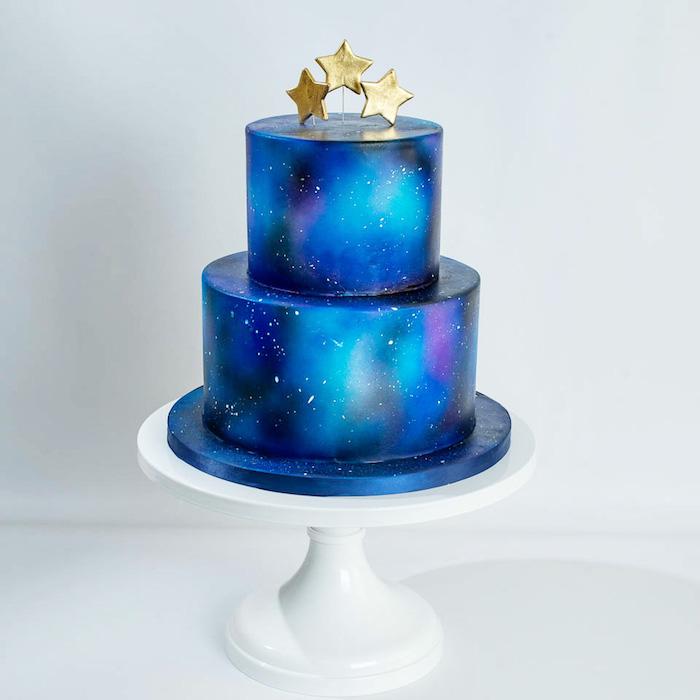 Zweistöckige Torte mit Fondant, drei goldene Sterne, Nachthimmel Farbe, auffällige Torten für besondere Anlässe