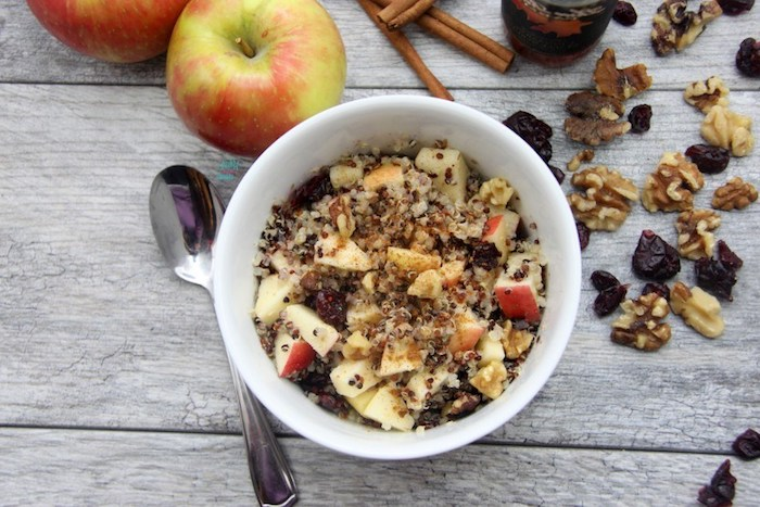quinoa rezepte ideen zum frühstücken, zwei äpfel, müsli schüssel, dunkle schokolade