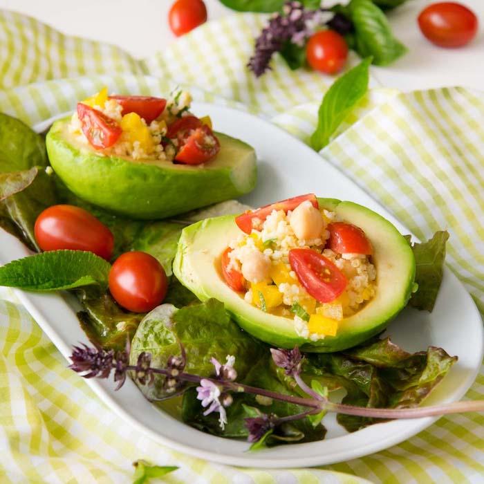 quinoa roh essen, in avocado hälften füllen, tomaten, paprika, grünsalat, minze