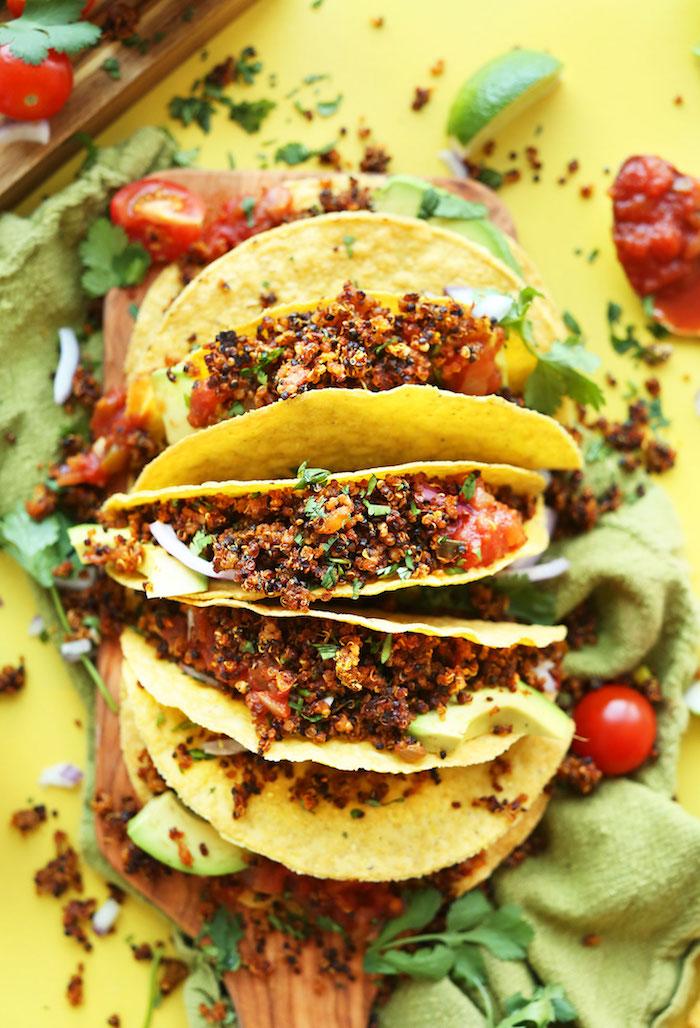 quinoa rezepte ideen tacos mit quinoa füllen, vegetarisches essen, tomaten, avocado