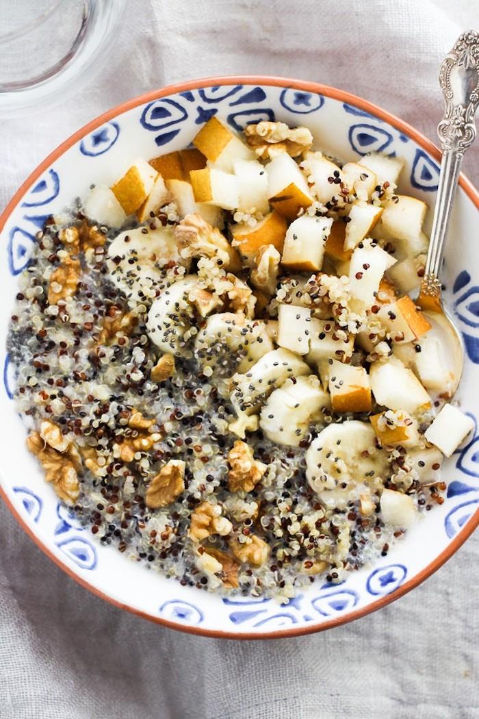 quinoa rezepte, frühstück mit bananen, walnüsse, birnen, löffel, samen, milch