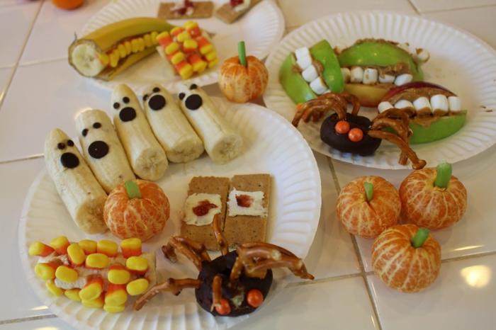 viele Früchte und Süßigkeiten, Halloween Essen, kreativ designte Snacks zum Anlass