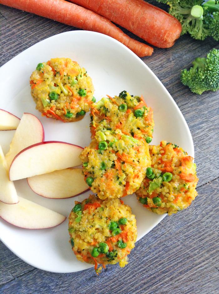 quinoa rezepte, leckere mufins mit eier, gemüse und quinoa, erbsen, brokkoli, möhren, äpfel