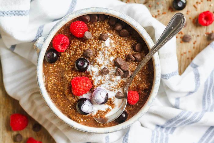 quinoa kochen, ideen rezepte, quinoa pudding mit blaubeeren himbeeren, schokolade, milch