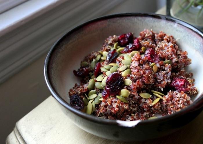 zubereitung quinoa ideen mit roten beeren, kürbissamen, schüssel ideen