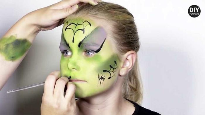 gruselige Schminke von Zombi, lila und grüne Schminke mit Spinnennetze, Halloween Schminkideen