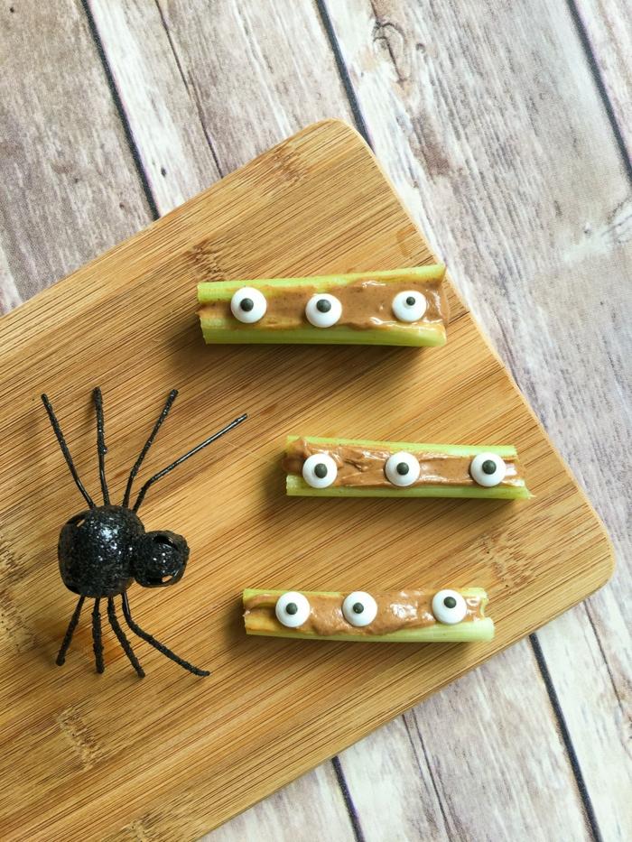 schnelle Snacks für Kinder, grüne Lauch mit Soße und weiße Augen, Halloween Essen