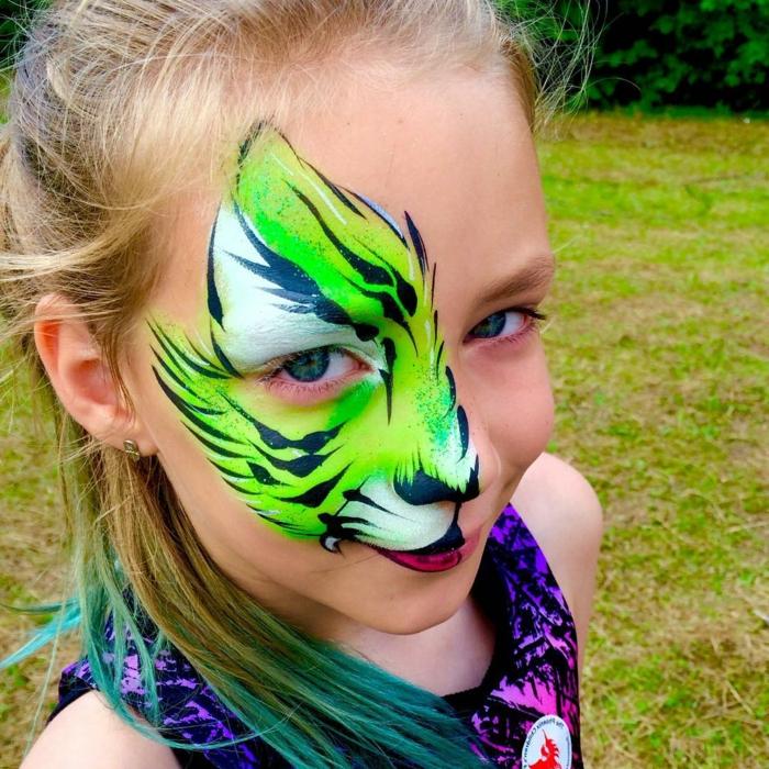 coole Halloween Kinderschminken Vorlagen in grüner Farbe, ein blondes Mädchen mit blauen Augen