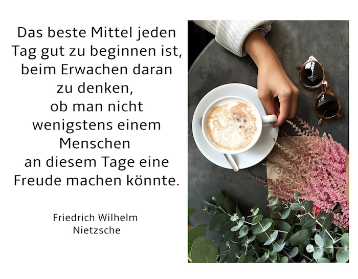 pflanzen mit grünen blättern und viele violette blumen, eine weiße tasse mit kaffee, brille und eine hand, bild mit einem guten morgen spruch