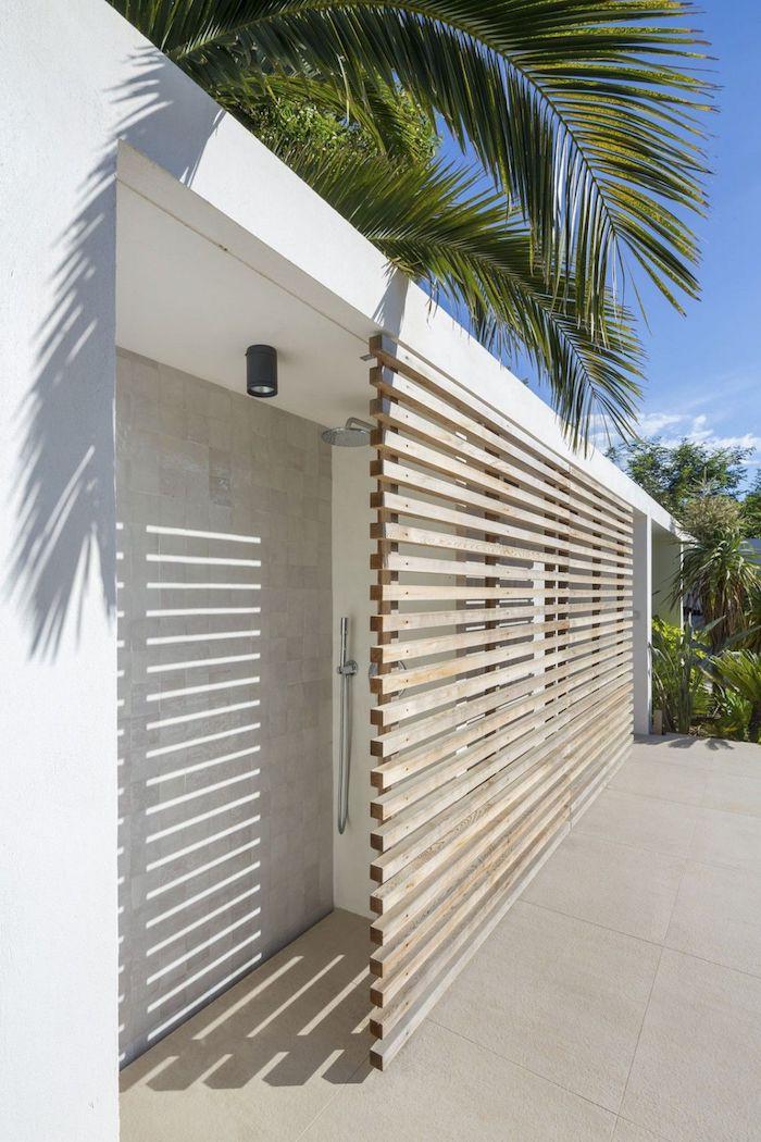 haus mit einer weißen terrasse mit grünen palmen und einer outdoor dusche mit sichtschutz aus holz, gartengestaltung ideen diy