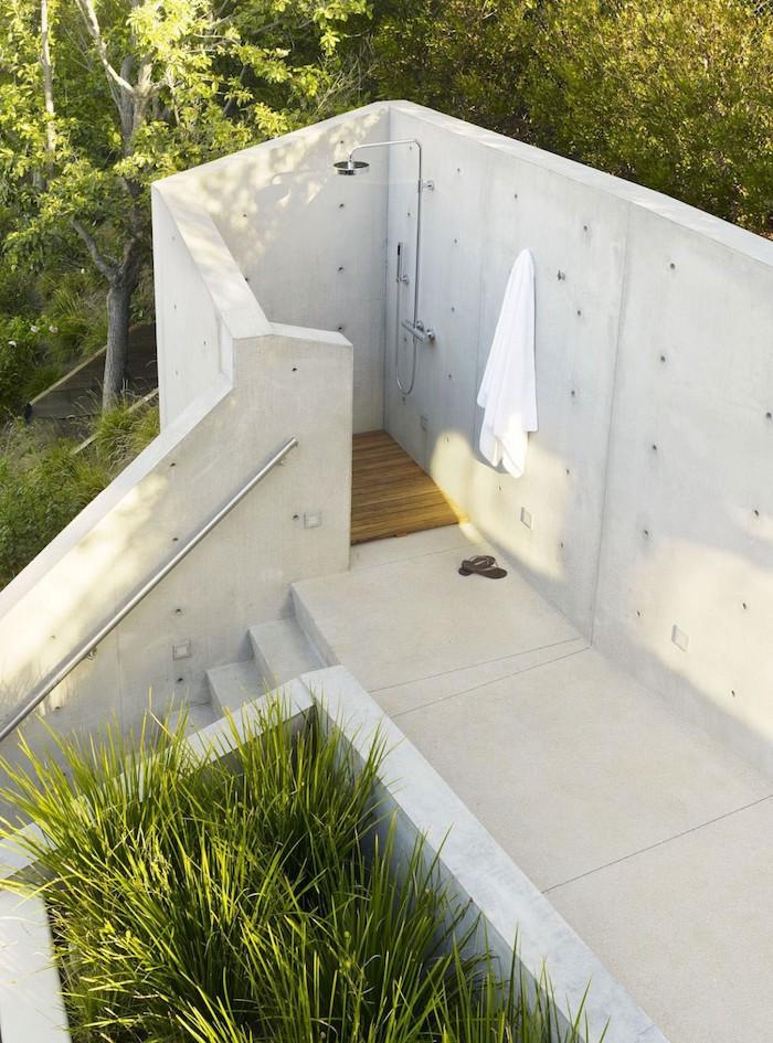 sichtschutz für gartendusche aus weißen wänden und vielen grünen pflanzen und bäumen, eine gartendusche bauen