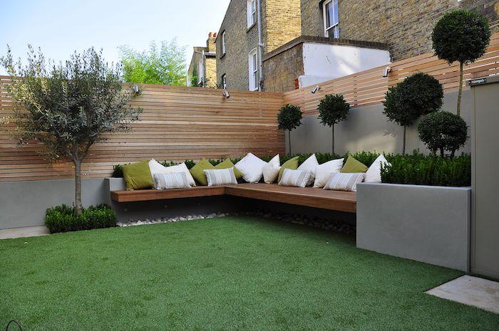 sichtschutz garten ideen, ein zaun sichtschutz aus holz und eine brauen bank mit vielen kleinen weißen und grünen kissen und ein grüner rasen, sichtschutz selber bauen