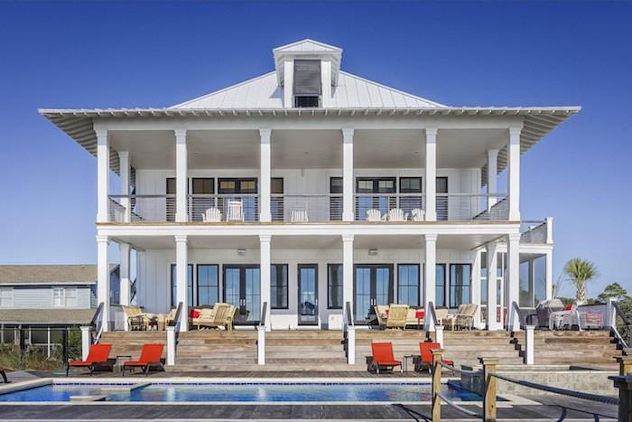 einfamilienhaus grundriss, großes weißes haus mit pool und erholungsbereich mit liegestühlen