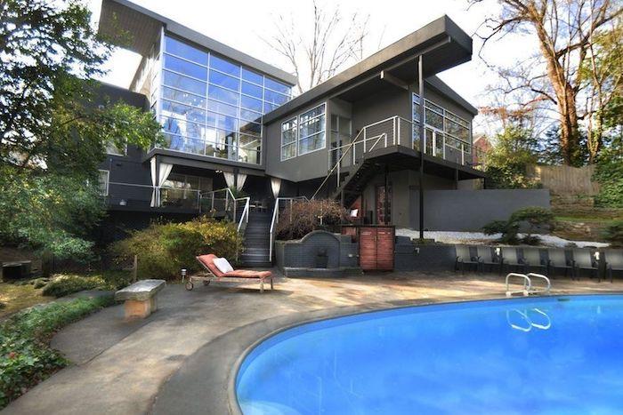 einfamilienhaus grundriss, ideen für ein haus in grau gestaltet, pool im garten für mehr frische