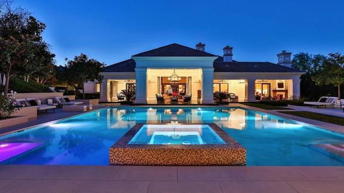 schönes haus bild am abend mit schönen nuancen des blauen, pool groß am haus
