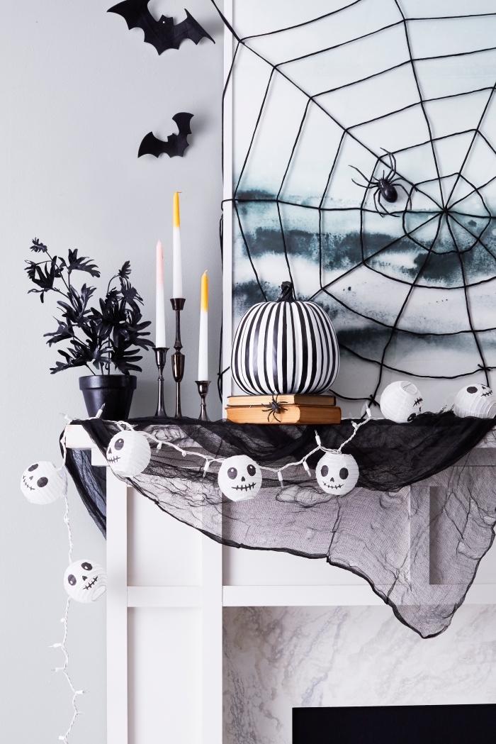 Wohnzimmer zu Halloween dekorieren, Spinnennetz und Fledermäuse, Kürbis und Girlande mit Mumien