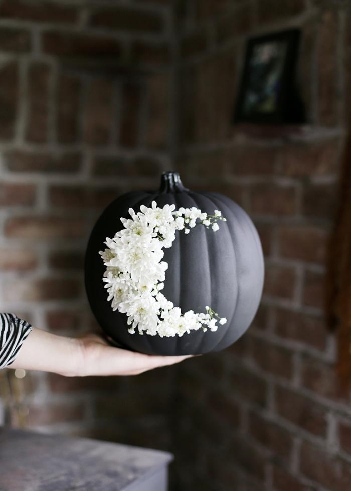 halloween bastelideen, diy herbstdeko, schwarzer kürbis dekoriert mit kleinen weißen blümchen