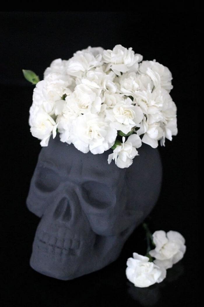 halloween bastelideen, diy vase, grauer schädel, weiße blumen, totenkopf